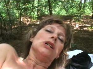 Зрелая бабенка пришла в лес перепихнуться с чуваком