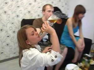 Студенты бухнули пивка и разделись