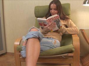 Крошка читает книгу и доводит себя до оргазма