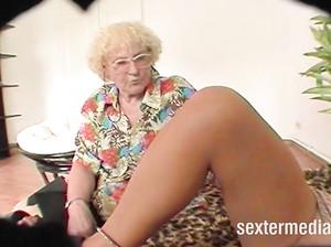 Старя лесбиянка дрочит пизду молодухи в привате