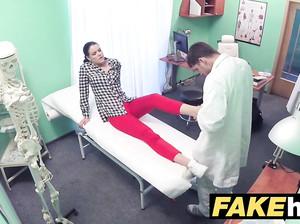 Фейковый доктор засадил красивой пациентке