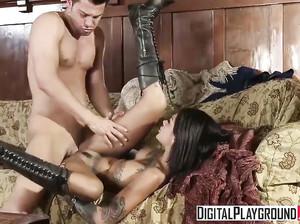 Девушка-солдат жарится с молодчиком