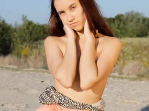 Тонкая Лаура прогуливается по пляжу голая
