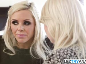Скромная красотка лесбиянка рассказывает матери о секс опыте