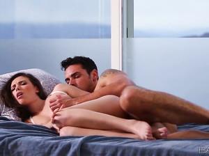 Нежный романтический секс с плоскогрудой брюнеткой