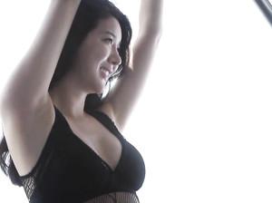 Тонкая японка Хикари показала крупные соски на маленьких дойках