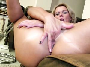 Пожилая леди доводит себя мастурбацией до оргазма