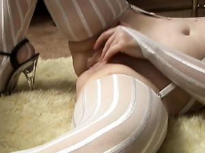 Старая извращенка с прищепками на сосках кайфует от боли