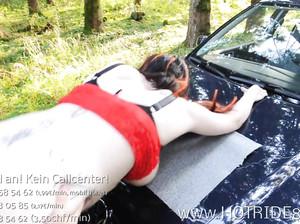Грудастая шаболда трахается на капоте машины