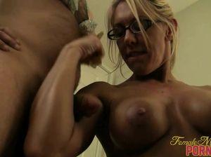 Сексуальная блондинка в очках унижает раба в купальнике