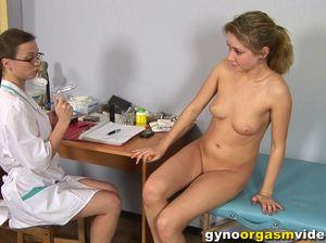 Блондинка на приеме у гинеколога