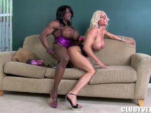 Культуристки страпонят друг друга на диване