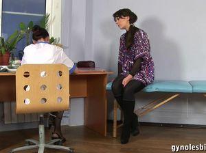 Женщина врач лижет пизду пациентке