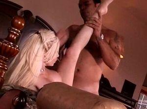 Сочную наивную блондиночку трахнул бандит в Мексике