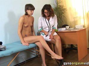 Юная девчонка кончила на приеме у гинеколога