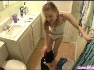 Тёлочка с миниатюрными сиськами принимает ванную и бреет ножки