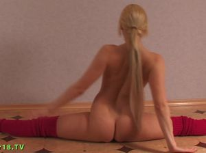 Гибкая голая гимнастка Наташа садится на шпагате на член из сексшопа