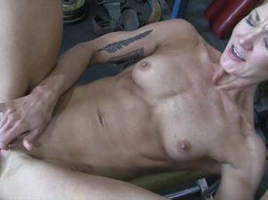 Похотливая культуристка мастурбирует пизду в спортзале