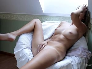 Очаровательная красотка довела себя до оргазма нежной мастурбацией