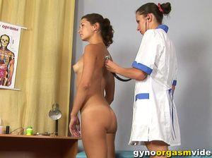 Девушка лесби гинеколог мастурбирует киску своей пациентке