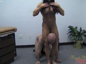 Мускулистая медсестра жестко избивает слабенького мужичка