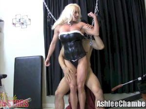 Госпожа связала раба цепями и подрочила ему хуй ногами