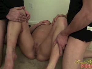Культуристка доминирует над двумя мужчинами и заставляет лизать киску