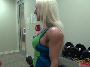 Блондинка бодибилдерша занимается в спортзале и дает мужику полизать киску