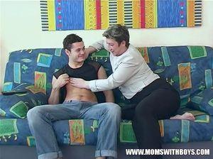 Развратный сын трахает толстую мать раком по ее просьбе