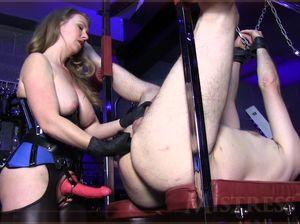 Аппетитная госпожа страпонит раба после принуждения к кунилингусу