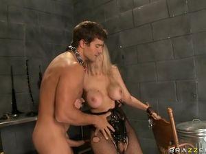 Статная госпожа с большими сиськами пользуется своим рабом