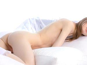 Очаровательная скромница ласкает свои интимные места