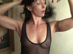 Гибкая девушка в колготках мастурбирует парню рукой
