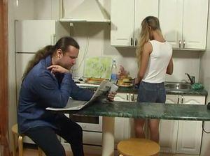 Толстяк отец худую дочь трахает раком прямо на кухне