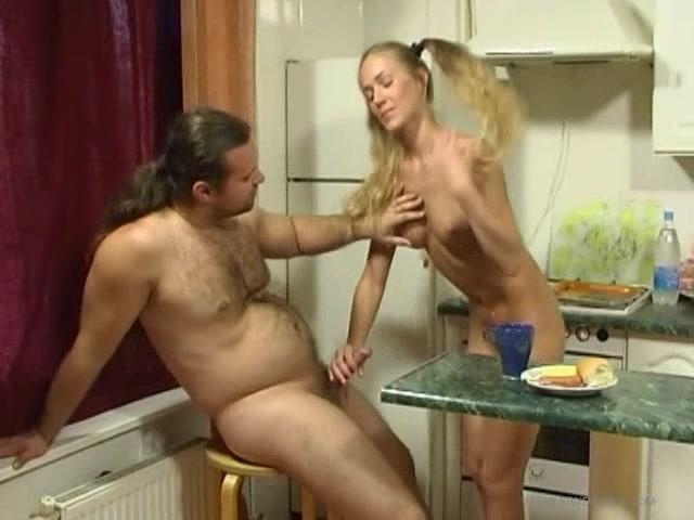 Найти видео папаи дочь секс на кухне
