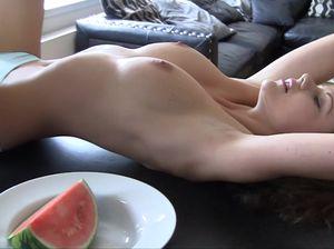 Тёлочка эротично кушает арбуз и снимает всё на камеру