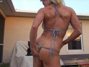 Полностью голая женщина культуристка мастурбирует перед мужем