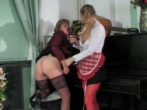 Русская служанка лесбиянка отдалась зрелой развратной домовладелице