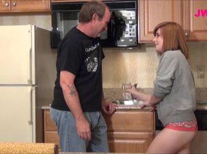 Рыжая пухленькая дочь отдалась папе прямо на кухне в тайне от мамы