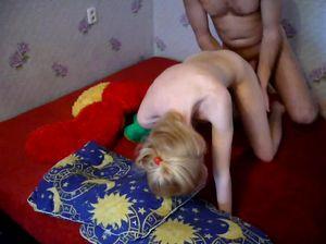 Русская крошка уломала своего муженька снять домашний секс