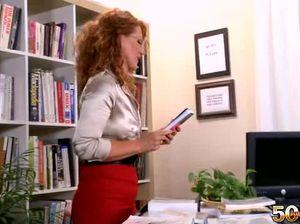 Рыжая секретарша в очках и черных чулках отдалась молодому сотруднику