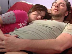 Молоденькая дочь отсосала спящему отцу и была жестко выебана