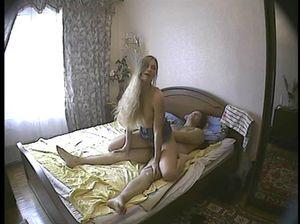 Мужичок записал на камеру секс с похотливой подружкой