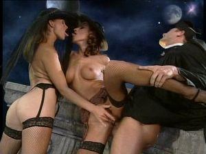 Поп имеет двух сексуальных тёлочек в черных чулках
