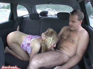 Таксист развел на секс пухлую дамочку с висячими натуральными сиськами