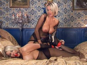 Развратная тёлка лесбиянка ласкает рабыню которую связала заранее