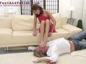 Раб покорно лижет женские ступни лежа на полу