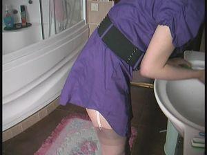 Девушка в розовых трусиках делает минет в ванной комнате