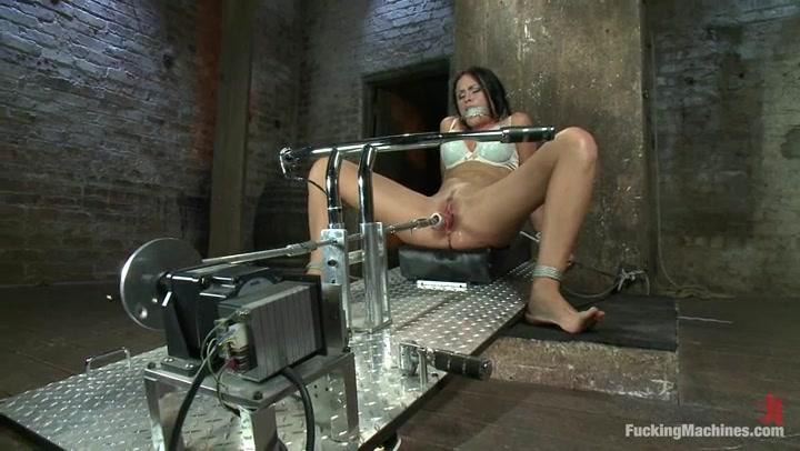 Порно звезда описалась на секс машине онлайн