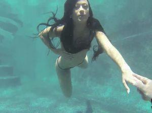 Порно секс в бассейне лесби с двойным фаллосом под водой